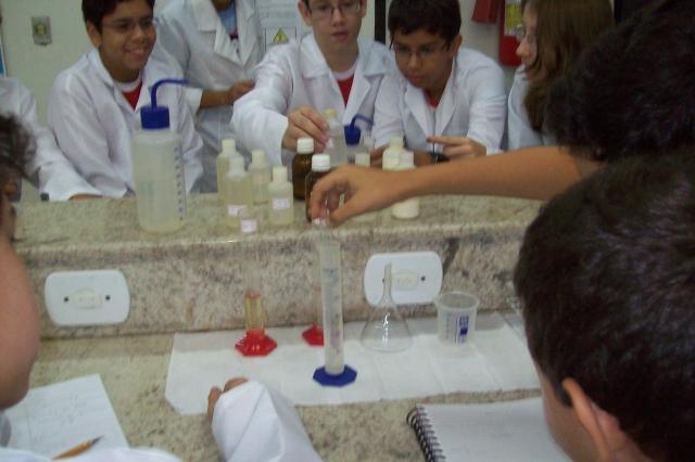 Alunos do Ensino Fundamental e Médio executam práticas no Laboratório de Química.