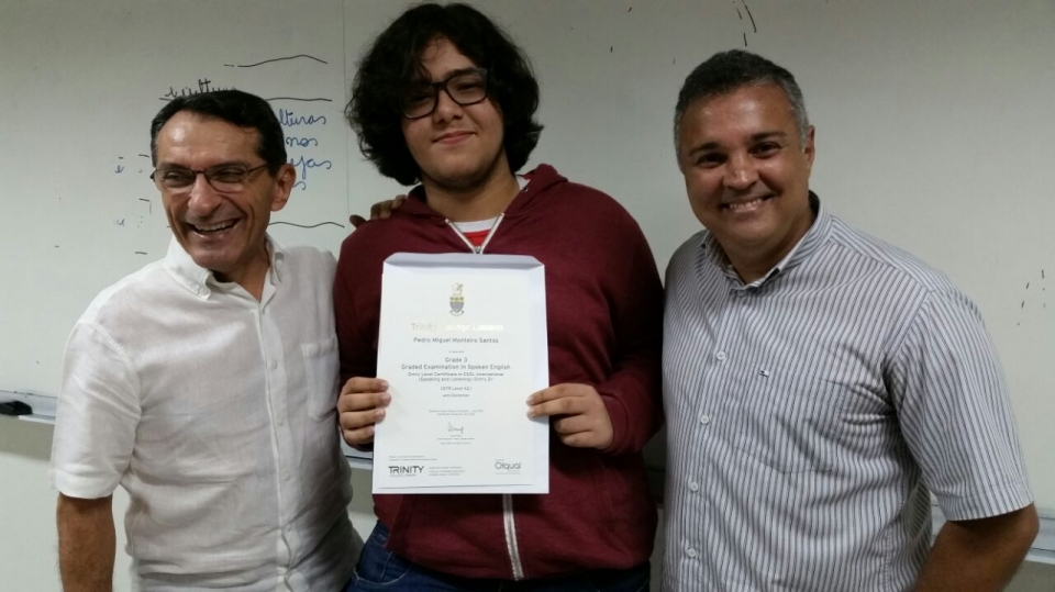 Entrega dos certificados do Trinity College Exam