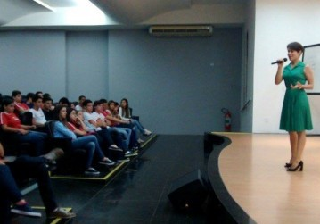 Advogada fala sobre carreira jurídica com alunos do 3º ano