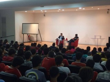 Alunos Contato recebem candidatos à prefeitura de Maceió