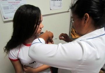 Alunas do Ensino Fundamental recebem dose de vacina contra o HPV