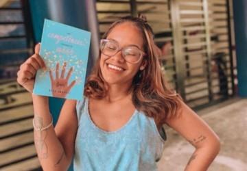 Ex-aluna lança livro com análises socioculturais que auxiliam na construção da redação